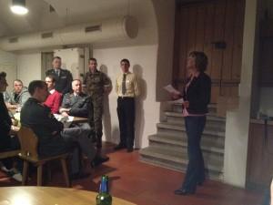 Frau Regierungsrätin Hochuli spricht im Weinkeller zu den jungen Offizieren